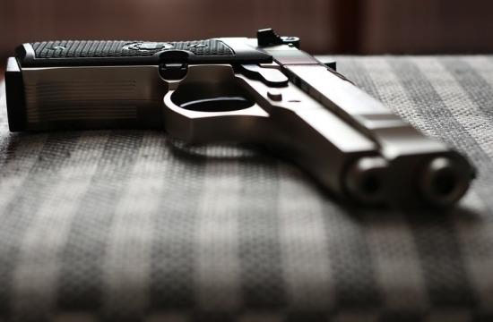 Пистолет на кровати