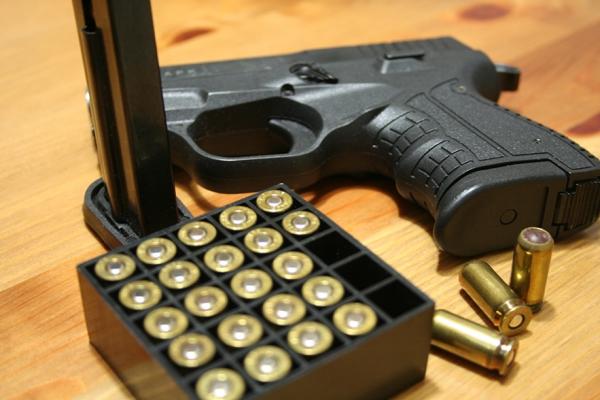 Пистолет и патроны с резиновыми пулями