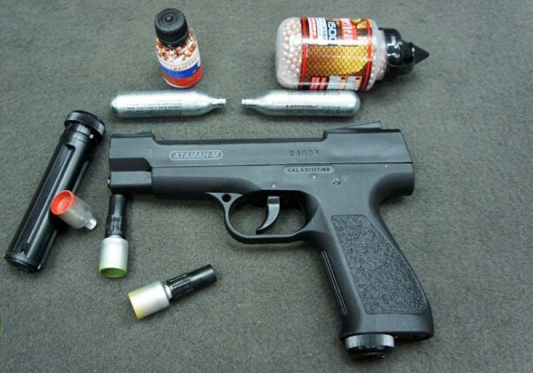 Пистолет, пули и баллоны с газом