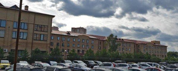 Вид на дом с парковки