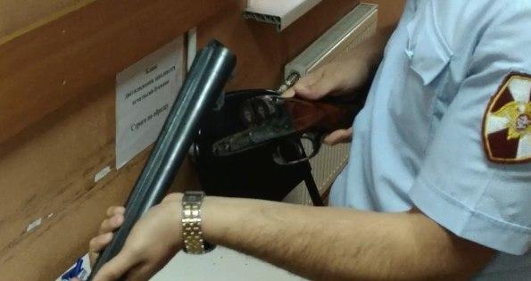 Проверка ружья охотника