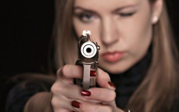Девушка готовится к выстрелу