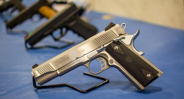 Выбор пистолетов в магазине