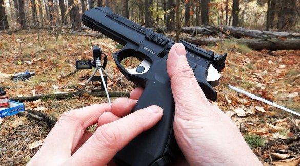 Пистолет в руках стрелка
