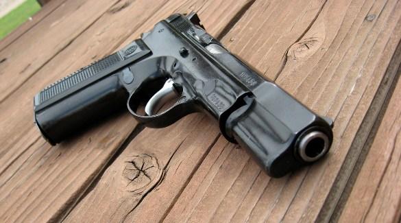 Черный пистолет на столе