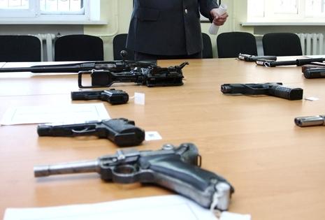 Пистолеты на столе