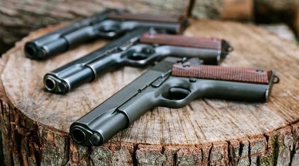 Пистолеты на пеньке