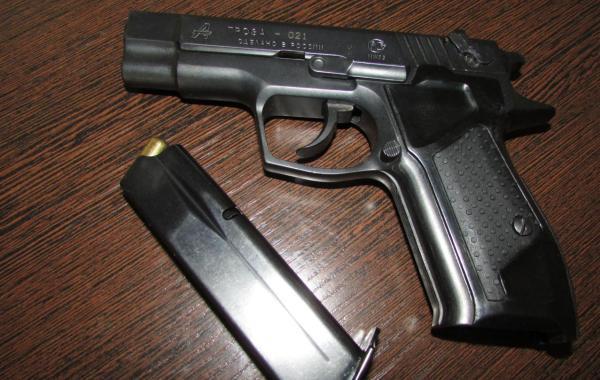 Пистолет и обойма