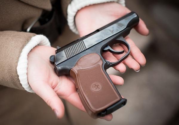 Девушка с найденным пистолетом
