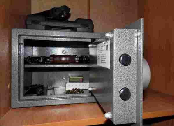 Крепкий металлический сейф