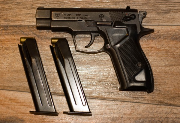 Пистолет и дополнительные обоймы