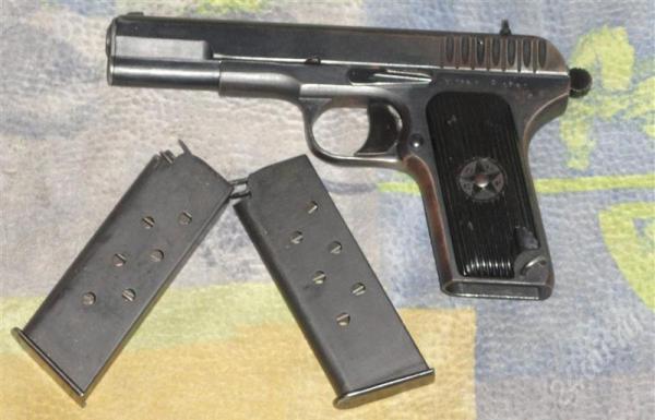 Пистолет и обоймы с патронами