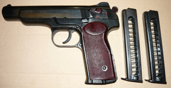 Пистолет и обоймы