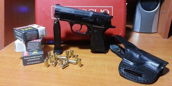 Пистолет, кобура и патроны