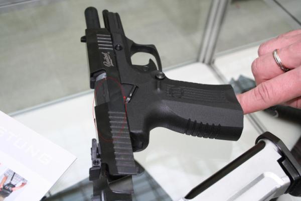 Пистолет на витрине в магазине