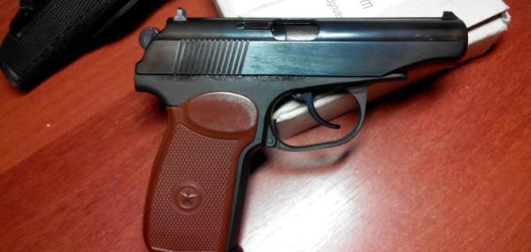 Пистолет на столе