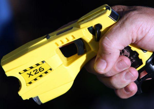 Желтый шокер в виде пистолета