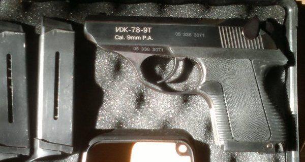 Пистолет и обоймы к нему