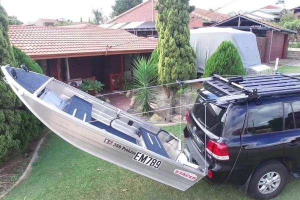 Лодка присоединена к багажнику