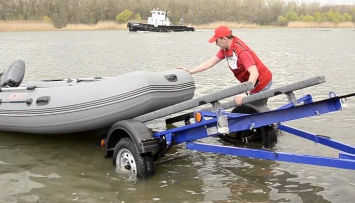 Загоняет лодку в водоем